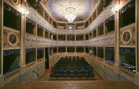 Teatro Mariani (Sant'Agata Feltria – Rimini) Completato nel 1753, la struttura della sua Cavea, delle colonne portanti e del palco è interamente in legno di castagno. L'ingresso principale è posto sul lato più lungo della sala rettangolare, l'accesso alla platea avviene parallelamente al palcoscenico distinguendosi quindi dalla maggior parte dei teatri in cui l'ingresso è collocato ortogonalmente. La cavea è a forma di U allungata, con tre ordini di 15 palchetti ciascuno, a cui vi si accede lateralmente, attraverso stretti corridoi con pavimentazione in cotto legata all'assito con malta e gesso. L'intera struttura è completamente di legno di castagno. Qui avvennero le registrazioni della Divina Commedia di Vittorio Gassman