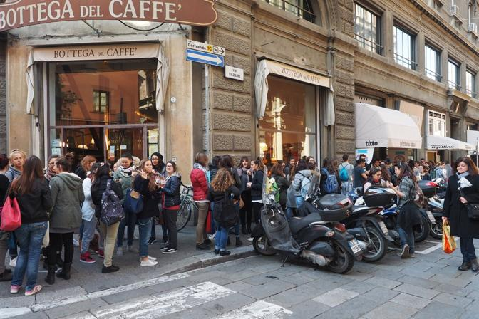 La promozione di Titto (con quattro euro tutto il gelato che vuoi) ha avuto un gran successo. Ecco gli amanti del gelato in coda nonostante la stagione.