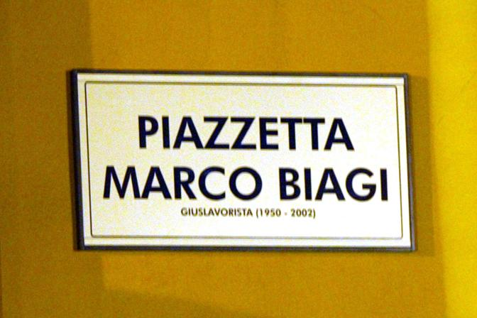 Dopo vari incarichi anche con il governo Prodi, nel 2001 Biagi è consulente del ministro del Welfare Roberto Maroni. Il suo compito è elaborare una riforma complessiva del mercato del lavoro. A causa delle numerose minacce gli viene assegnata una scorta che però alla fine del 2001 gli viene revocata.