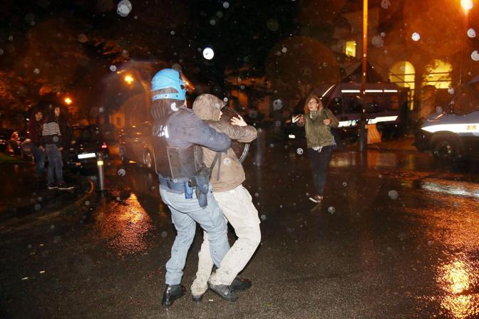 Poletti contestato scontri alla festa dell 39 unit - Dietro la porta chiusa film completo ...
