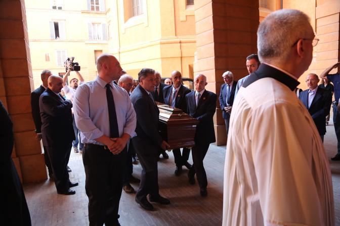 Allestita al palazzo arcivescovile di via Altabella la camera ardente per l'arcivescovo emerito Giacomo Biffi. Una lunga fila di fedeli si è messa in coda per dare l'ultimo saluto al cardinale