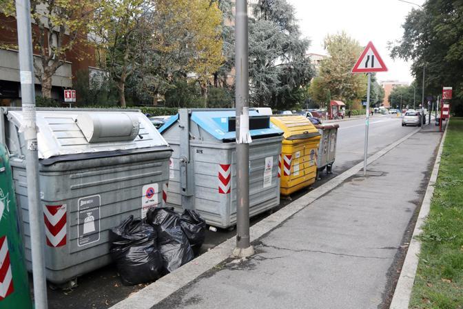 Petizione dei residenti per chiedere a Comune e Hera di cambiare i cassonetti: quella con la calotta spesso vengono utilizzati male e la spazzatura finisce abbandonata fuori