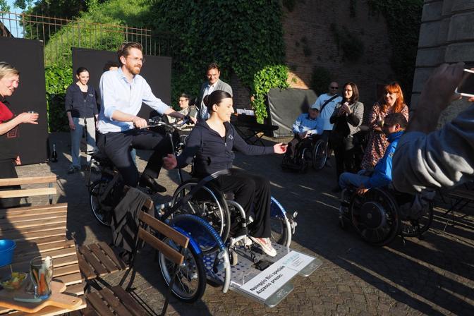 Presentata a Dynamo, la velostazione bolognese sotto il Pincio, dove si può noleggiare. A provare l'innovativo mezzo è stata chiamata la danzatrice ed ex campionessa olimpionica Nicoletta Tinti, oggi disabile, cofondatrice della compagnia InOltre