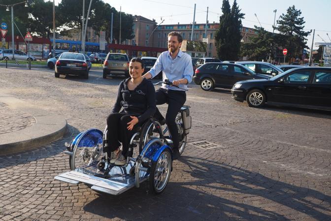 Presentata a Dynamo, la velostazione bolognese sotto il Pincio, dove si può noleggiare. A provare l'innovativo mezzo è stata chiamata la danzatrice ed ex campionessa olimpionica Nicoletta Tinti, oggi disabile, cofondatrice della compagnia InOltre. Ha fatto un «test» anche l'assessore Matteo Lepore