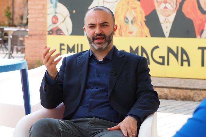 Nato a Bologna nel 1978. È stato candidato a sindaco nel 2011 con il Movimento 5 Stelle. Consigliere comunale dal 2011 ad oggi, si ricandida di nuovo alla poltrona di Palazzo d'Accursio