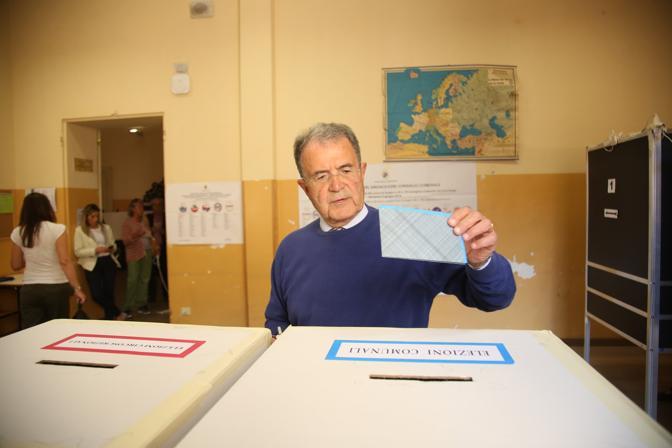 L'ex premier Romano Prodi è andato a votare verso le 12,20 al seggio del liceo Galvani, in via Castiglione, insieme alla moglie Flavia Franzoni