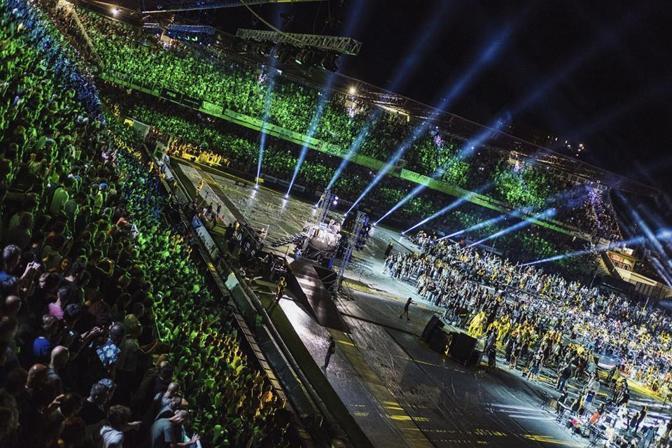 Cesena capitale del rock. L'esercito dei mille musicisti ha vinto la sfida e, in un affollato Orogel Stadium Dino Manuzzi ha celebrato il più grande concerto al mondo. «That's Live», la seconda impresa musicale targata Rockin' 1000, ha alzato il sipario domenica 24 luglio alle 21.30. Sul palco 250 batteristi, 250 chitarristi, 250 bassisti, 250 cantanti, 30 tastieristi, 30 suonatori di cornamusa e un gruppo di violini hanno ripercorso la storia del rock.