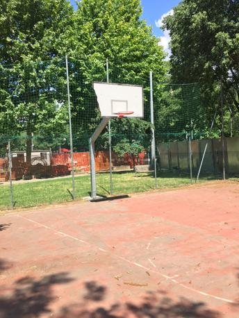 """VIA GENOVA Campo all'interno di una """"gabbia"""" alla newyorkese, ma tabellone di sinistra rotto e terreno scivoloso"""