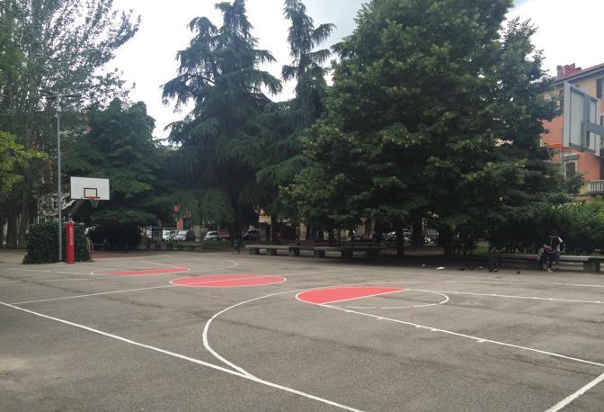 PIAZZA DELL'UNITÀ Playground rinnovato un anno fa, in buono stato sia il campo, sia i canestri con retine in ferro e protezioni in gomma piuma.