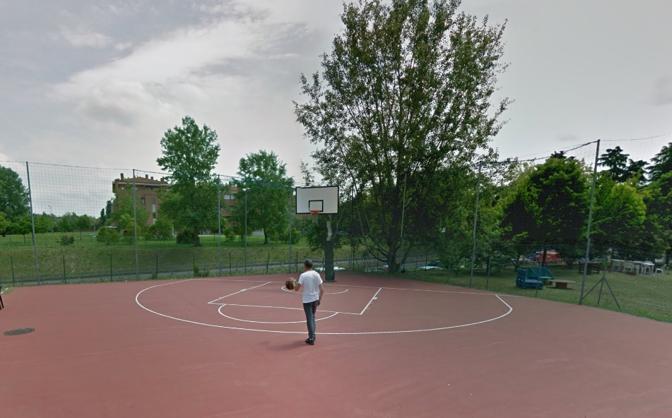 CA' ROSSA Un canestro e una metà campo all'interno del circolo Ca' Rossa, si gioca a qualsiasi ora grazie all'illuminazione.