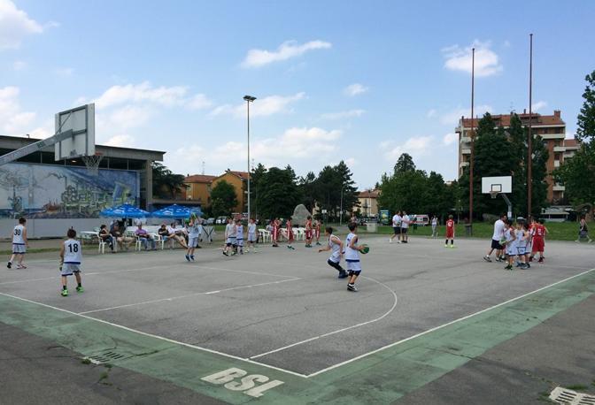 RODRIGUEZ Campetto davanti alla palestra di San Lazzaro dove gioca la Bsl, da pochi mesi decorato da uno splendido murale.