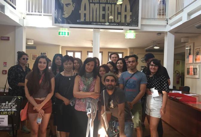 Gli allievi della scuola di cinema di San Francisco sono «sbarcati» a Monteveglio alla ricerca della loro «America»: scopo del loro viaggio-studio nel Bolognese è trovare soggetti per i loro documentari. I giovani cineasti sono stati anche a fare una visita ai laboratori della Cineteca.