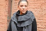 Ilaria Casalini con il suo scialle-sciarpa