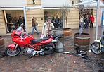 Travolti in sosta - Un'auto pirata ha travolto una moto e diversi motorini parcheggiati in piazza Aldrovandi. Questa la scena stamattina.