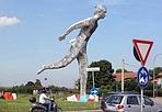 Il gigante dei camionisti - Un gigante di nove metri con un camion di sulle spalle alla rotonda della Pioppa a Borgo Panigale. Sono iniziati ieri i lavori, a luglio l'inaugurazione. L'opera, voluta dagli autotrasportatori della Cna Fita, è un'idea di Andrea Capucci.
