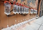 Flebo da muro - Un sistema per togliere l'umidità dai muri: con un piccolo foro, si inserisce questa sorta di flebo, che fa «sputare» ai mattoni l'acqua in eccesso. Visto in centro. (foto di Michele Nucci)