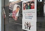 La musica in testa - Anche dal barbiere si possono vedere strategie di marketing. Un po' fatte in casa, ma almeno tagliate su misura. Come il taglio dedicato ai fan dei Jonas Brothers, band pop-rock che spopola tra i giovanissimi. Curiosità: il più giovane dei tre fratelli, Nick, fu scoperto proprio mentre era dal barbiere.