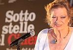 Anita a Bologna, per Fellini - È arrivata ieri sera a Bologna, Anita Ekberg, per presentare in piazza Maggiore, per la rassegna «Sotto le stelle del cinema», il film che l'ha resa un'icona: La Dolce vita di Fellini. Vestita di bianco, anche questa volta.