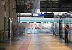 Stazione, via al restyling -  Finita la celebrazione della strage del 2 Agosto, Ferrovie dello Stato ha cominciato i lavori di restyling della stazione di Bologna. Hanno preso il via i lavori per l'innalzamento del marciapiede dei binari 1 e 1 Ovest. I cantieri termineranno il 30 agosto, mentre una parte finirà presumibilmente una settima prima, il 23. L'intervento interesserà circa 530 metri di marciapiede, per una superficie complessiva di 4.800 metri quadrati che verranno alzati di 55 centimetri, un'esigenza legata alla presenza dei treni dell'alta velocità. Per il periodo sarà chiuso tutto il primo marciapiede e i viaggiatori potranno raggiungere i binari centrali attraverso il sottopasso. Un problema, visto che il mese di agosto è quello con la maggiore presenza di viaggiatori. La chiusura del marciapiede comporterà anche lo spostamento di alcuni treni con la conseguenza anche di qualche ritardo. La segnaletica è già stata predisposta. Per raggiungere il piazzale Est bisognerà seguire un percorso esterno alla stazione.  M. M.