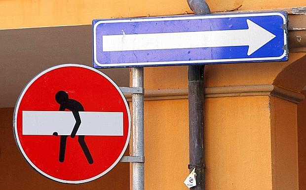 Cartello creativo - Non solo scritte sui muri. Qualche «creativo» si diverte a modificare anche i cartelli stradali. E un divieto d'accesso, in via Acri, diventa un omino che trasporta una sbarra. Lavori in corso? Trasloco? (Foto di Michele Nucci)