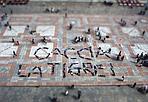 Bambini vs tigre - È partita con una sorta di «flash mob» la campagna del Comune contro la zanzara tigre. I protagonisti, questa volta, sono stati i bambini delle scuole Sanzio, Mattiuzzi Casali e Giordani, che si sono sdraiati sul Crescentone, in piazza Maggiore, a formare le lettere dello slogan «Caccia la tigre!» con i loro corpi