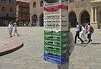 A (s)misura d'uomo - C'è un uomo, anche se non si vede, dietro a tutte queste cassette. Operazione da equilibrista. (foto di Michele Nucci)