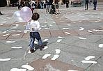 Orme da salvare - 1178 orme bianche sono comparse in Piazza Maggiore. Sono il simbolo dei 589 pedoni morti in Italia nel 2011, e fanno parte della campagna «Siamo tutti pedoni» del centro Antartide