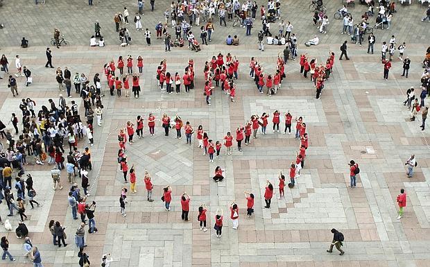 Curvy nel cuore -  Un grande cuore rosso per rivendicare «l'orgoglio morbido». E' quello che hanno realizzato sabato in piazza Maggiore le donne «curvy». Un centinaio quelle arrivate sotto le Due Torri, da tutta Italia, per il primo «curvy pride»: un flash mob in omaggio alle curve femminili. Prima un balletto sulle note di «Moves like Jagger» dei Maroon 5, poi le ragazze hanno realizzato la scritta umana «curvy» e il cuore.  «Il messaggio – dice Marianna Lo Preiato, blogger, imprenditrice e ideatrice dell'iniziativa – è: aboliamo la taglia zero perché la bellezza non ha né taglia né peso». (bic.)