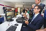 Merola «decolla» - Il sindaco Virginio Merola ha partecipato all'inaugurazione della nuova sede della scuola Manzoni, in via Scipione dal Ferro, che fra i suoi indirizzi ha l'istituto tecnico dei trasporti e delle logistica (l'ex aeronautico).Nel laboratorio il sindaco è stato guidato nell'utilizzo dei comandi di un aereo e ha simulato un decollo
