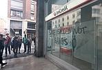 """Tornare sui """"Bancks"""" - """"Salvate le scuole, non le banche"""" hanno scritto i manifestanti ieri a Bologna, sulle vetrine di alcuni istituti di credito. E certamente le scuole vanno salvate e anche frequentate: per evitare di scrivere """"Bancks"""" invece di """"Banks"""", ad esempio"""