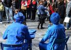 Moderni Puffi -  Sono tutti blu, ma non sono piccoletti. Due artisti da strada si sono esibiti durante i T days davanti ad un folto pubblico di curiosi. Completamente dipinti, ma immobili sulle loro seggiole da osteria in attesa delle offerte dei cittadini. (foto Nucci)