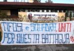Tifosi da tre punti - Dopo i 1.500 tifosi giunti sabato a Casteldebole e i 300 che hanno assistito al colpaccio di Torino, altro messaggio della tifoseria del Bologna. In mattinata questo striscione è comparso a Casteldebole alla ripresa degli allenamenti, a confermare l'unione tra squadra e tifo. Resta fuori la società, che il tifo rossoblù contesterà con decisione. (A.Mos)
