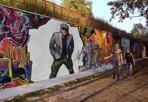Carboni sui muri - Un murale con la sagoma di Luca Carboni: è l'omaggio di un fan al cantante bolognese. Carboni posta la foto su Facebook ed è subito boom di like (quasi 4 mila) e di condivisioni: nonostante il graffito sembri realizzato con Photoshop, in tanti chiedono dove possono vederlo. E il suo chitarrista, Mauro Patelli, twitta: «Luca, il murale ti mancava eh?». (N.Bic.)