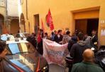 Social Log: «No agli sfratti» -  Blitz di una ventina di persone riconducibili al collettivo Social Log negli uffici dell'Unep (Ufficio notifiche esecuzioni protesti) in vicolo Monticelli a Bologna, per manifestare contro gli sfratti. Il gruppo, con alcuni stranieri e due bambini piccoli, è entrato nell'edificio poco dopo le 10. All'arrivo dei carabinieri, che con due auto hanno chiuso la stradina del centro, i manifestanti sono usciti. La Procura ha disposto l'acquisizione delle immagini delle telecamere e procede per invasione di edifici e interruzione di pubblico servizio.  Per il procuratore aggiunto Valter Giovannini, delegato ai rapporti con la stampa, si è trattato di un'iniziativa «ingenerosa nei confronti delle istituzioni. Il problema serio degli sfratti - ha detto - non si affronta spaventando i dipendenti pubblici».