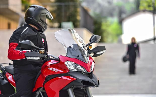 Ducati, l'airbag è nella giacca - È stata presentata martedì a Borgo Panigale la Ducati Multistrada 1200 D-Air, la prima moto dotata di un sistema integrato wireless di airbag che protegge motociclista e passeggero. Il sistema, sviluppato in tre anni di lavoro insieme all'azienda di abbigliamento Dainese, funziona su ogni tipo di impatto e porta una riduzione al 73% della forza applicata sul corpo dall'impatto rispetto alle normali protezioni delle giacche da moto. Dal momento dell'impatto, in 45 millisecondi un sistema di generatori di gas riempie una borsa gonfiabile da 12 litri di volume, proteggendo soprattutto clavicole, torace e schiena. (A.Mos. )