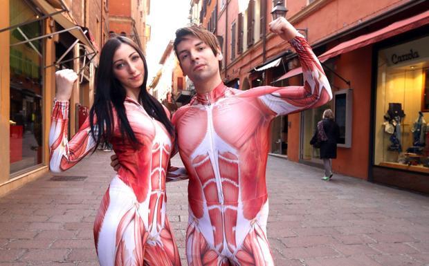 «Body Worlds» in giro in città -  La mostra «Body Worlds» all'ex Galleria di arte moderna tiene aperti i battenti per un altro mese. E per farlo sapere a tutti, ecco i corpi perfetti in giro per via D'Azeglio a distribuire i volantini. Il costume non lascia nulla all'immaginazione: come la mostra, del resto.
