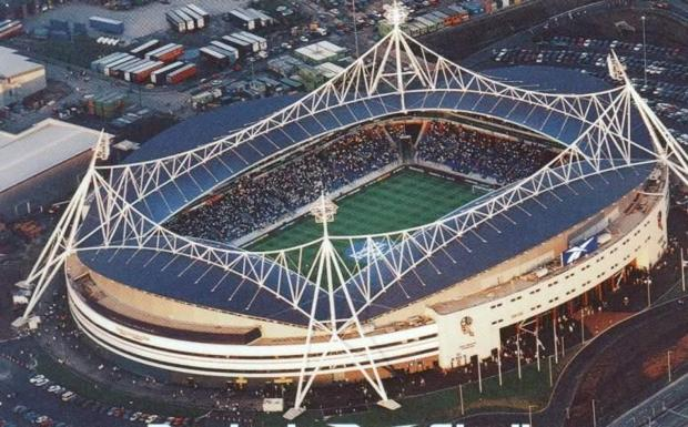 «Macron Stadium» in Uk -  Da Crespellano alla conquista dell'Inghilterra. Già da qualche anno la Macron, azienda di abbigliamento sportivo che ha sede nella provincia di Bologna, lavora con successo all'estero e in particolare in Inghilterra, dove sempre più squadre di calcio l'hanno scelta come sponsor tecnico. Ma ora c'è uno step ulteriore: per la prima volta un'azienda italiana darà il suo nome ad uno stadio inglese poiché lo stadio del Bolton, costruito nel 1997, da luglio diventerà il Macron Stadium. Evidente la soddisfazione dell'ad di Macron Gianluca Pavanello: «Siamo orgogliosi di iniziare questo rapporto con il Bolton, crediamo che dare il nome della nostra azienda allo stadio sia un modo utile per consolidare il nostro brand come protagonista del mercato delle sponsorizzazioni in ambito europeo».  La notizia assume contorni ancora più importanti per Macron, poiché lo stadio del Bolton – squadra che milita in Championship, la serie B inglese, ma in passato ha vinto 4 FA Cup e una Charity Shield – era nominato Reebok Stadium e griffato con colori e simboli della Reebok. Macron subentra così ad un marchio storico dell'abbigliamento sportivo, ora all'interno del gruppo Adidas: un vero e proprio colpo legato alla sponsorizzazione tecnica sottoscritta per i prossimi 4 anni con i Wanderers di Bolton, città da 150.000 abitanti che dista circa 20 minuti di auto da Manchester.  (Alessandro Mossini)