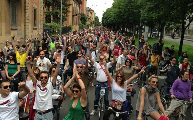 Pronti per il Bike Pride - Domenica 11 maggio, a conquistare le Due Torri, in sella alle biciclette, saranno i «barbari»: il tema di quest'anno del Bike Pride 2014, l'evento con al centro le due ruote, organizzato da tutte le associazioni bolognesi di amanti delle bici, sarà infatti «Le invasioni barbariche». Il corteo si riunirà alle 14 in piazza Maggiore con partenza alle 15 quando arriveranno tutti i gruppi periferici da Castenaso, Castelmaggiore, Casalecchio, San Lazzaro, Calderara di Reno e Borgo Panigale. Si pedalerà per via Rizzoli, le Torri, per poi scendere in via delle Moline e in zona universitaria, fino a porta San Donato. In piazza VIII Agosto ci sarà una breve sosta di «autoesaltazione ciclistica». Arrivo alle 17 al Parco Parker-Lennon (in via del Lavoro) dove ci saranno sorprese, spettacoli, musica e una caccia al tesoro per i bimbi. Info: www.bikepridebologna.it (N. Bic.)
