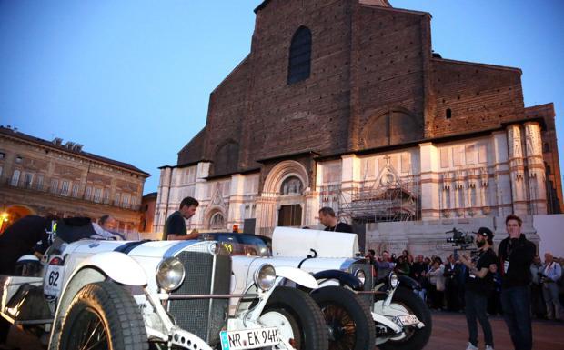 Mille Miglia, fascino d'epoca - L'arrivo della Mille Miglia in piazza Maggiore, sabato sera