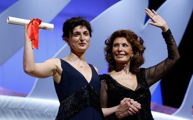 «Meraviglie» della Cineteca  -  Tre anni fa il Grand Prix della Giuria del più importante festival cinematografico al mondo, quello di Cannes, era andato al turco Nuri Bilge Ceylan, che quest'anno si è portato a casa la Palma d'oro. Un viatico beneaugurante per Alice Rohrwacher, che sabato sera in Francia ha ricevuto da un'emozionata Sophia Loren il premio più importante del palmarès dopo quello principale. Il film «Le Meraviglie» è già da giovedì sugli schermi bolognesi di Odeon e Rialto grazie alla distribuzione curata dalla Bim di Valerio De Paolis, membro del cda della Fondazione Cineteca di Bologna. Arrivato a Cannes come una Cenerentola, Le meraviglie se ne torna in Italia con un'autentica consacrazione per la regista fiorentina, che per il suo film ambientato in Toscana aveva voluto con sé anche la sorella Alba come interprete, oltre a Monica Bellucci. Una soddisfazione non da poco per l'autrice rivelatasi con «Corpo celeste» e per la Tempesta Film, fondata da Carlo Cresto-Dina 5 anni fa per lanciare giovani autori nel panorama internazionale. La società che ha trovato dimora a Bologna, in via Azzo Gardino, da sempre in sodalizio con la Cineteca bolognese, sulla Rohrwacher aveva puntato decisamente sin dal suo esordio, sostenendo anche questo nuovo lavoro incentrato su una famiglia di apicoltori nella campagna toscana durante un'estate che cambierà per sempre la più grande di quattro sorelle. (P. D. D.)