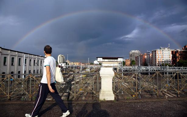 Luce sulla città - Dopo uno dei temporali dei giorni scorsi,  un arcobaleno «avvolge» la stazione
