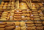 Pane «meno sale» -  Pane con meno sale ma non meno gusto - assicurano - per un'alimentazione più sana. È la campagna a cui hanno deciso di aderire 30 forni di Bologna, in virtu' di un accordo siglato tra l'Associazione panificatori e l'Ausl. A differenza di iniziative precedenti gia' avviate su questo tema, la novita' (a livello nazionale) e' che la diminuzione del sale questa volta riguarda tutto il pane prodotto da chi aderisce: si passa dal 2% all'1,7% rispetto al peso della farina impiegata. A vigilare sull'effettiva riduzione del sale e' l'Ausl che ha consegnato le vetrofanie grazie alle quali i consumatori potranno riconoscere i forni «Meno sale». Quello siglato è «un accordo molto importante e serio, perche' l'Ausl passa nei panifici, fa i prelievi e i controlli - sottolinea il presidente dell'Associazione panificatori, Francesco Mafaro - per vedere se vengono rispettati i parametri». Per abituare il palato basta una settimana, assicura Emilia Guberti, direttrice del servizio Igiene, alimenti e nutrizione dell'Ausl, con il vantaggio aggiuntivo di arrivare a percepire meglio i sapori base. I vantaggi di una riduzione? Diversi, continua Guberti: dalla diminuzione della pressione arteriosa al miglioramento della funzionalità renale, passando per il minor rischio di osteoporosi.