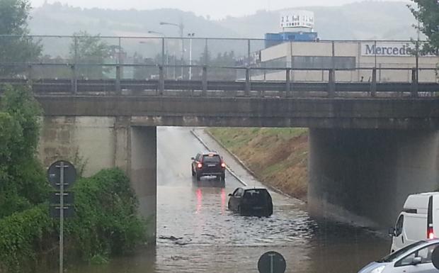Guado a Casteldebole - L'intenso nubifragio ha preso alla sprovvista gli automobilisti. Nella zona di Casteldebole, un'automobile è rimasta bloccata mentre guadava il lago formatosi in un sottopassaggio