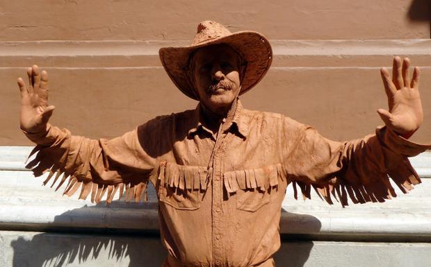 Un cowboy in piazza - In centro storico durante i T days si può trovare anche lui: un mimo tutto particolare che sembra un cowboy in terracotta