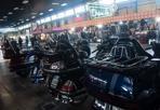 Drive In, tornano i '50 - Moto cromate, giubbotti di pelle, brillantina e vintage: gli anni Cinquanta rivivono nel padiglione 30 del Motor Show, a Bologna, che ospita gli appuntamenti del «Drive In»