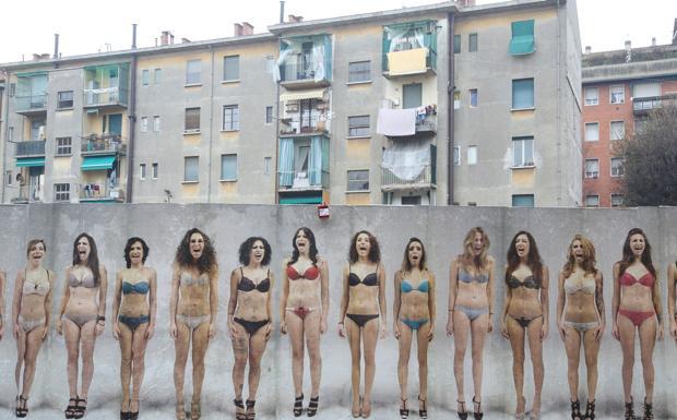 Urli contro la violenza -  «The Wall», un muro lungo 50 metri in via Serra ricoperto con immagini di modelle che urlano contro la violenza sulle donne: l'opera del fotografo bolognese Anthony De Luca è stata commissionata da Giancarlo Morisi, titolare dell'hotel «Il Guercino».