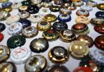 Il puzzle dei tappi  - I tappi di champagne delle feste messi in fila uno per uno: e così fanno anche una certa impressione