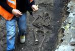 Lo scheletro di via dell'Abbadia  - Ritrovata una sepoltura perfettamente conservata durante gli scavi per un intervento di Hera, vicino all'ospedale militare di Bologna