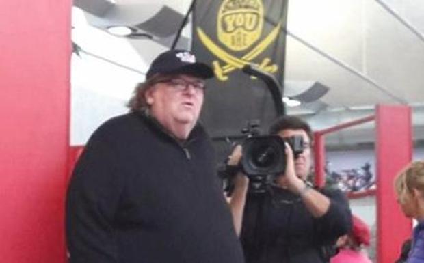 Michael Moore in Ducati - Il regista e produttore americano Michael Moore è stato avvistato oggi in Ducati. Una visita privata in fabbrica ha scatenato la curiosità dei bolognesi dopo che una immagine è stata pubblicata su Facebook (nella foto l'immagine scattata in Ducati e pubblicata sui social)