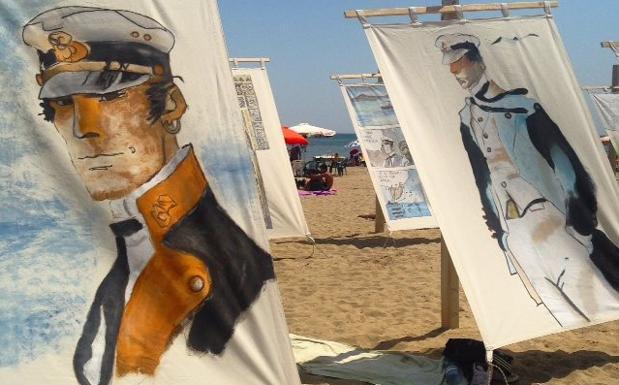 Corto Maltese se ne torna al mare - Le immagini di Corto Maltese campeggiano sulla spiaggia libera di Cesenatico, antistante piazza Andrea Costa. Dipinte su grandi tele, 240 x 165 cm, che seguono ogni minima brezza e si gonfiano tra i turisti distesi sui loro asciugamani. La diciottesima edizione di «Tende al mare», nata a fine anni '90 fa da un'intuizione di Dario Fo che voleva riprendere la tradizione delle tele che offrivano riparo dal sole prima dell'avvento degli ombrelloni, è tutta nel segno di Corto Maltese. Con la collaborazione fattiva della Cong Sa, la società svizzera che da Grandvaux, nei pressi di Losanna, gestisce l'eredità di Pratt. L'iniziativa è anche, sin dall'origine, un'occasione di solidarietà. Anche quest'anno, infatti, le opere saranno vendute all'asta dopo la conclusione, il 6 settembre, e il ricavato andrà in beneficenza (foto dell'Ente turismo di Cesenatico)